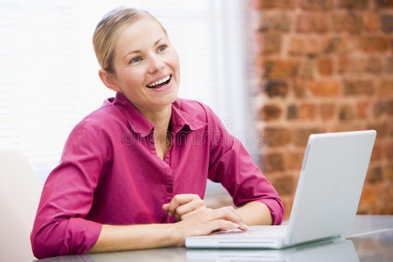 bizneswomanu laptopa urzędu obraz royalty free