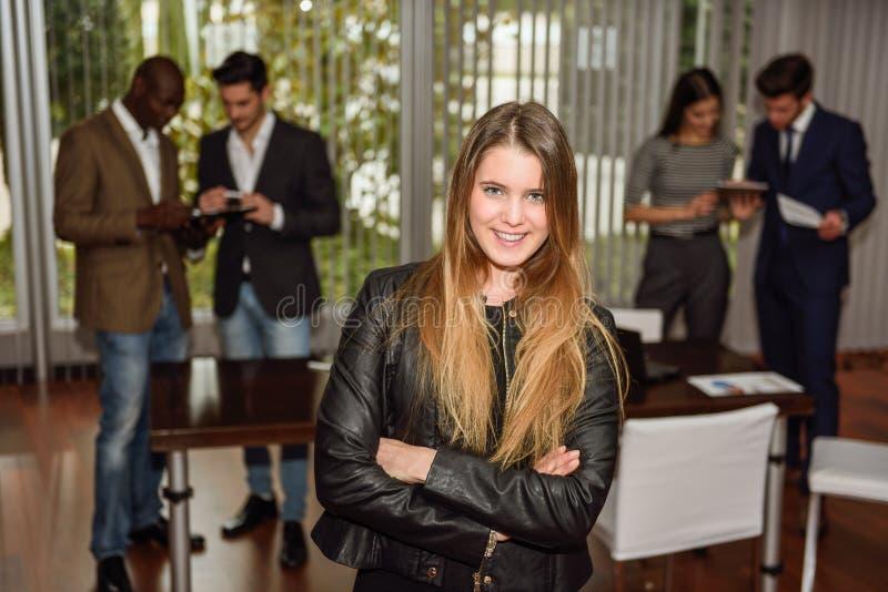 Bizneswomanu lider patrzeje kamerę w pracującym środowisku fotografia royalty free