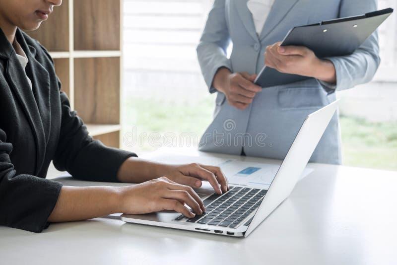Bizneswomanu lidera drużyny konferencja na spotkanie prezentacji planować inwestorskiego projekta działanie i strategię biznes zdjęcia royalty free