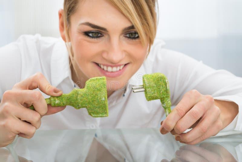 Bizneswomanu mienia eco życzliwa prymka i nasadka zdjęcie stock