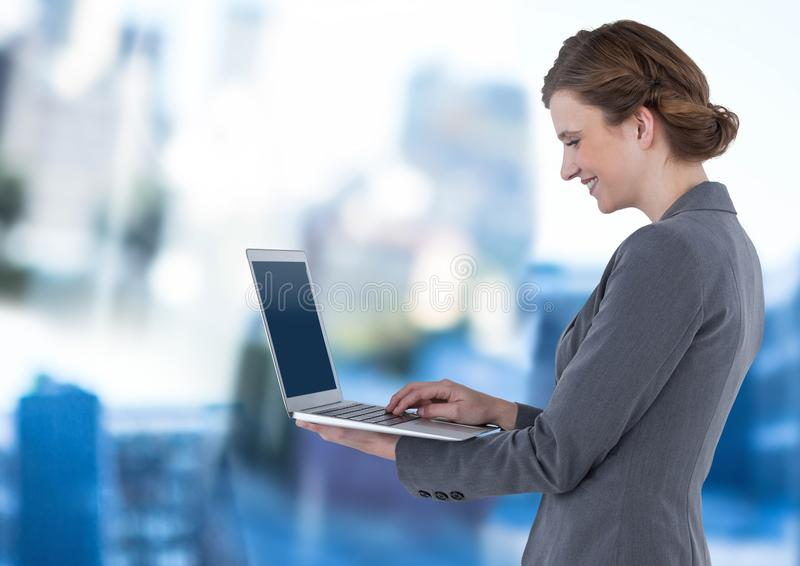 Bizneswomanu mienia laptop w błękitnym ruchu terenie publicznym obrazy stock