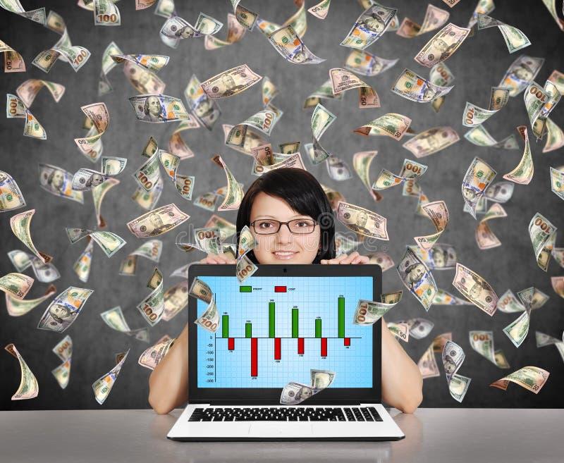 Bizneswomanu mienia laptop z biznesową mapą obrazy stock