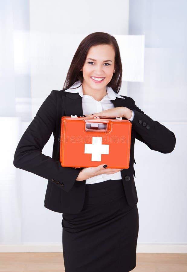 Bizneswomanu mienia pierwszej pomocy pudełko zdjęcie stock