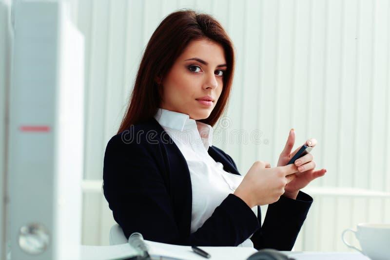 Bizneswomanu mienia smartphone zdjęcia royalty free