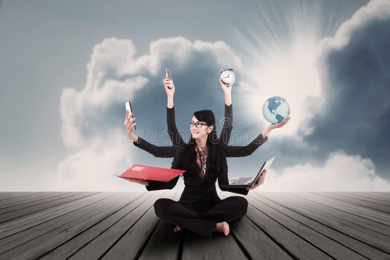 Bizneswomanu multitasking plenerowy obraz stock