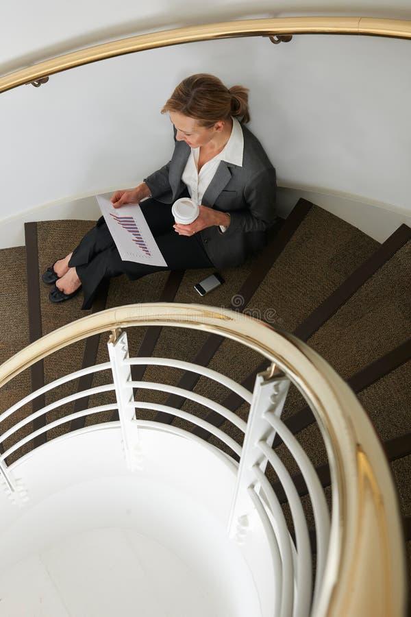 Bizneswomanu narządzanie Dla Spotykać W klatce schodowej fotografia stock