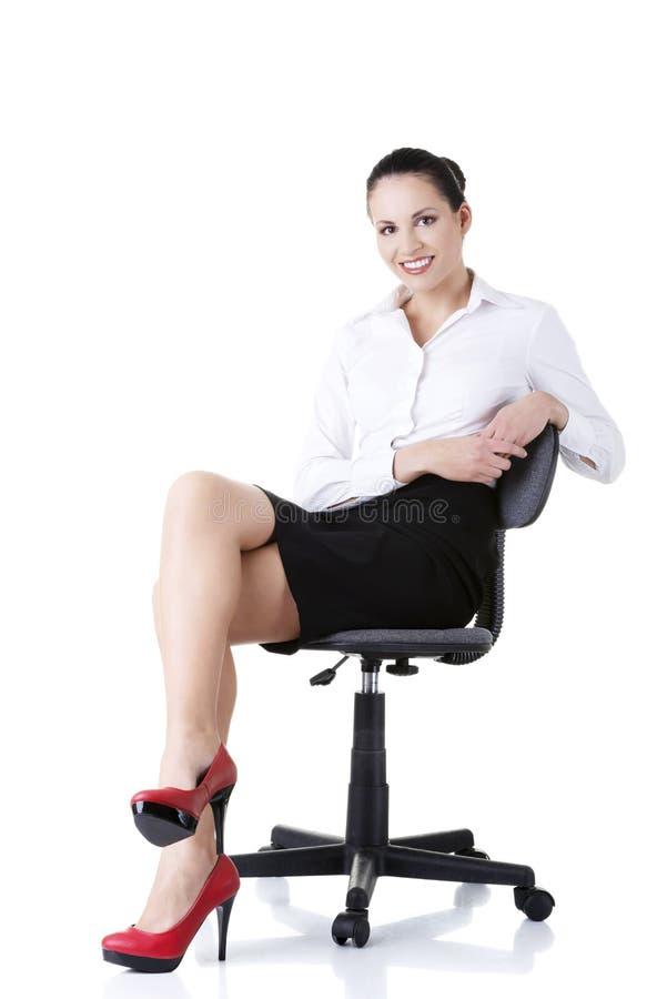 Bizneswomanu obsiadanie na ofice krześle zdjęcie stock