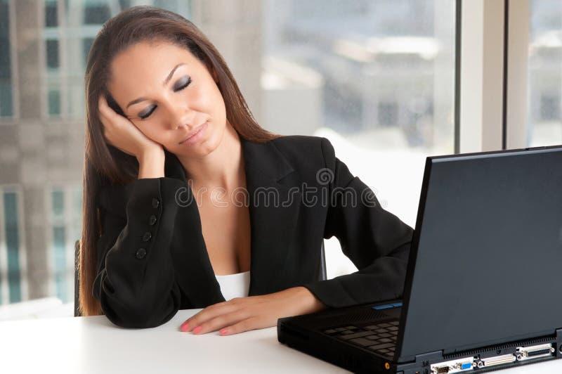 Bizneswomanu obsiadanie przy Jej biurka dosypianiem fotografia stock