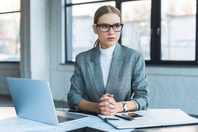 Bizneswomanu obsiadanie Przy stołem W biurze fotografia stock