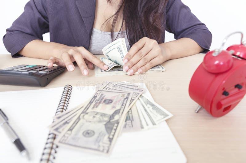 Bizneswomanu odliczający pieniądze na stole fotografia royalty free