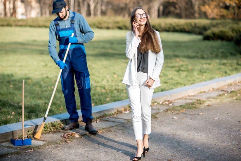 Bizneswomanu odprowadzenie przez mężczyzny zamiata w parku zdjęcia royalty free