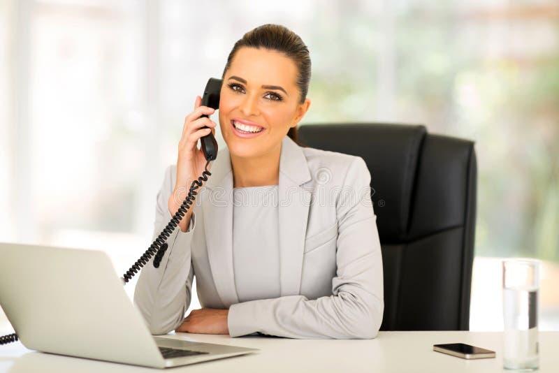 Bizneswomanu opowiada telefon zdjęcie royalty free