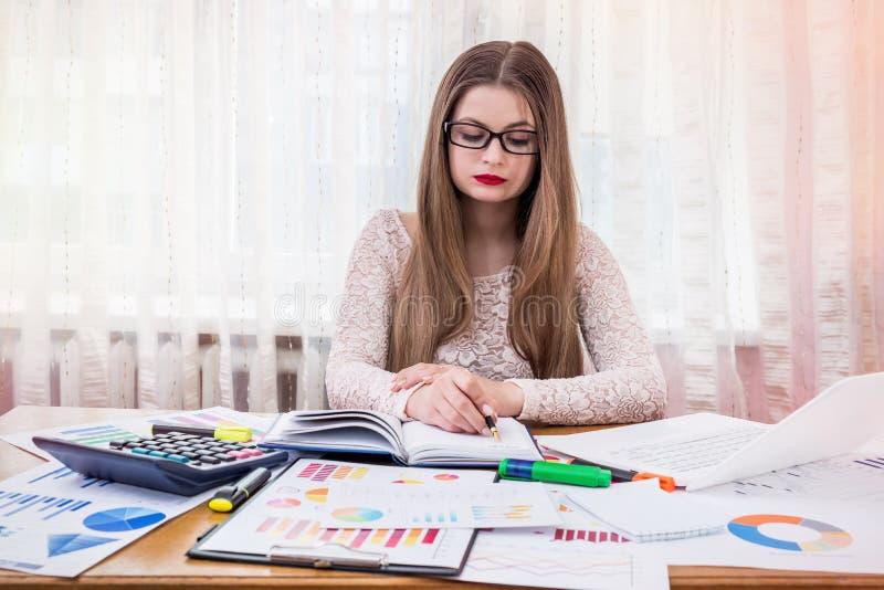 Bizneswomanu planowanie coś w dzienniczku, praca w biurze zdjęcie stock