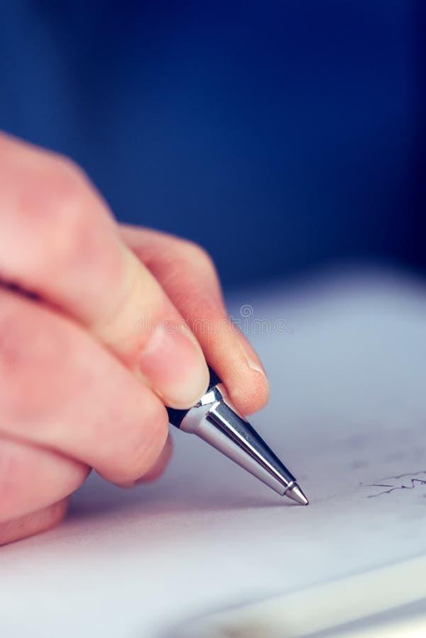 Bizneswomanu podpisywania biznesowa kontraktacyjna zgoda zdjęcia royalty free