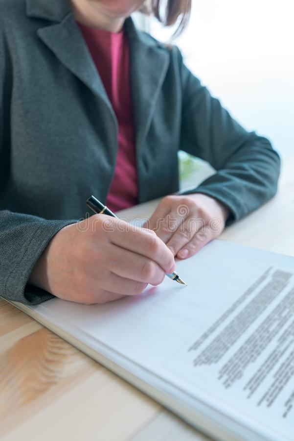Bizneswomanu podpisywania kontraktacyjna i biznesowa partnerstwo zgoda obraz royalty free