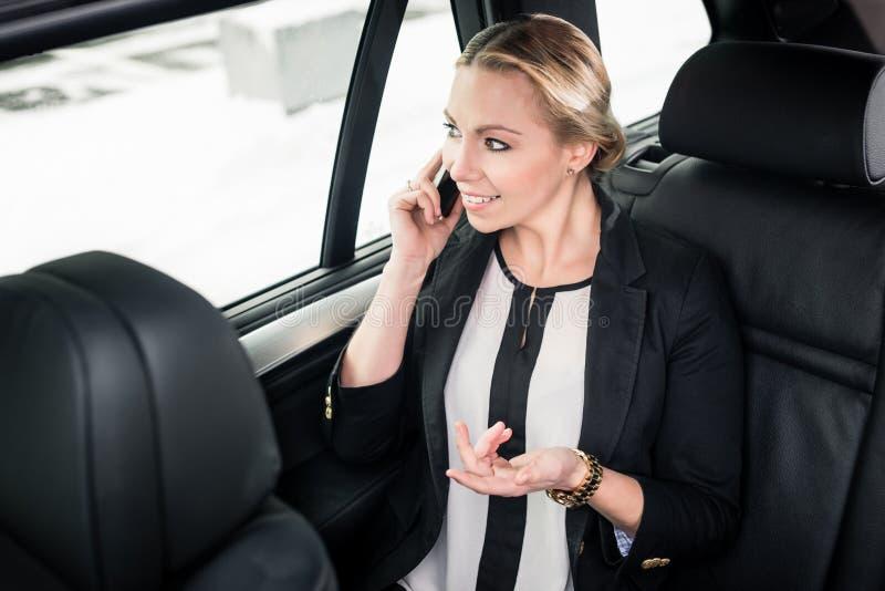Bizneswomanu podróżowanie w taxi zdjęcia royalty free