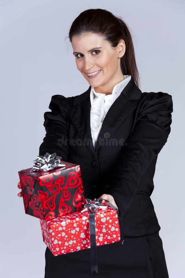 bizneswomanu prezent wiele pakunki obraz stock