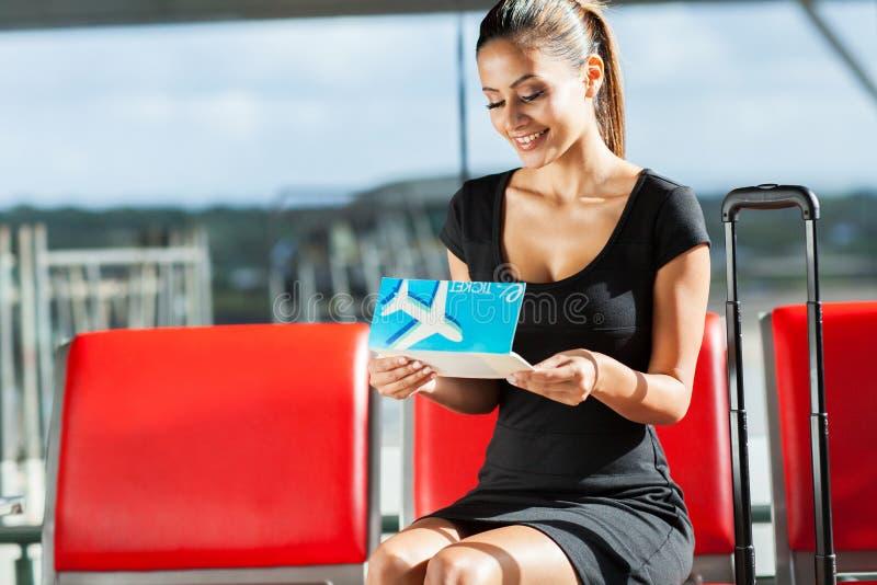 Bizneswomanu przyglądający bilet obraz royalty free