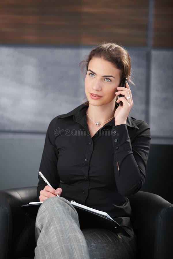 bizneswomanu przypadkowy notatek telefonu writing zdjęcie royalty free
