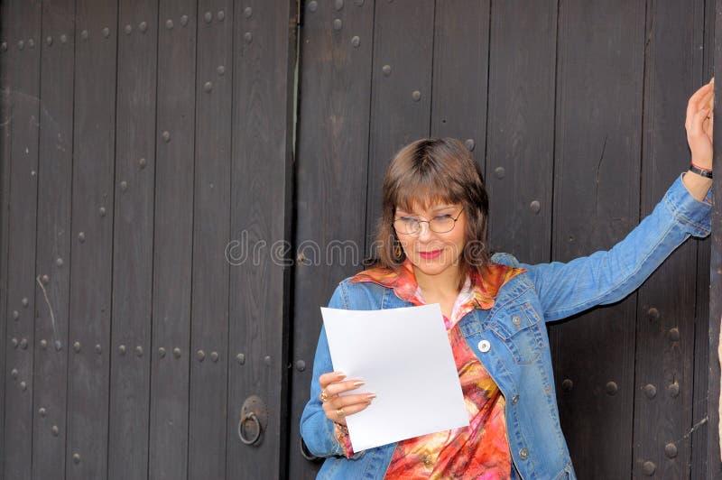 bizneswomanu pusty papier zdjęcia stock
