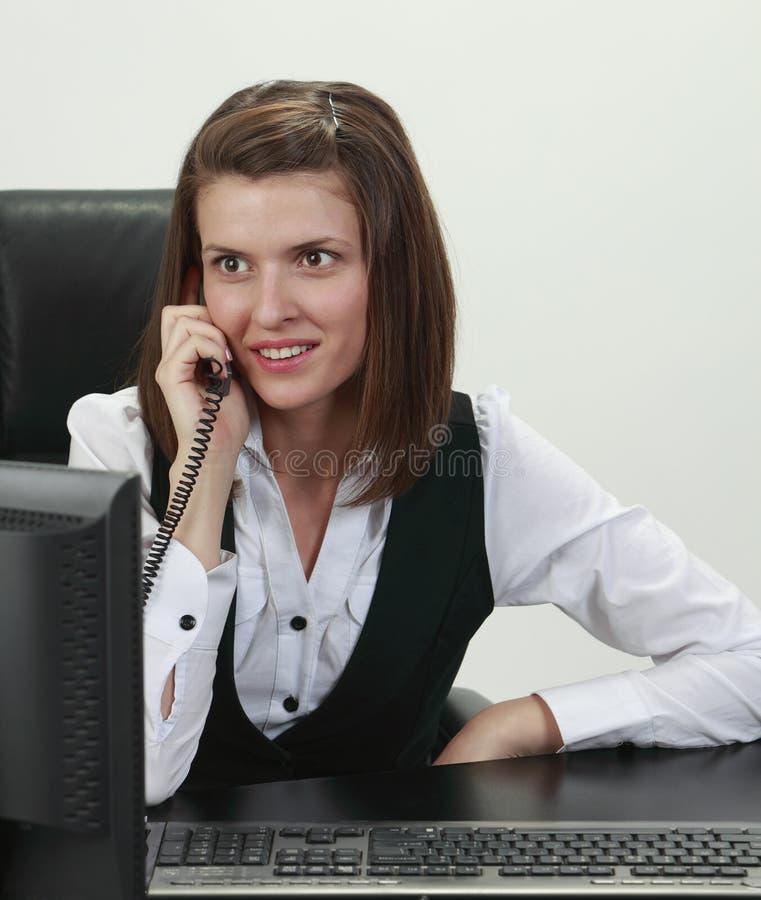 Download Bizneswomanu telefon zdjęcie stock. Obraz złożonej z optymistycznie - 14147038