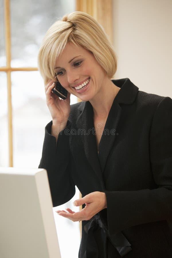 bizneswomanu telefon komórkowy opowiadać obrazy royalty free