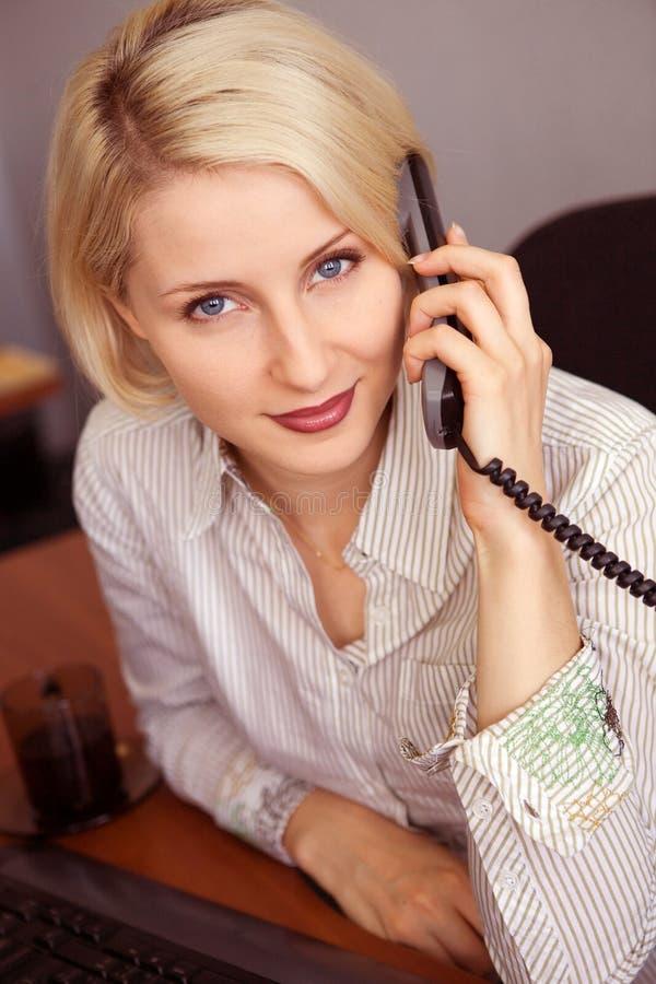bizneswomanu telefonu rozmowy potomstwa fotografia stock