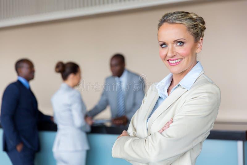 Bizneswomanu trwanie hotelowy przyjęcie zdjęcia stock