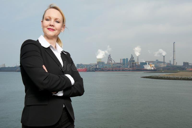 Bizneswomanu trwanie outside zanieczyszczający przemysłowy miejsce zdjęcia royalty free
