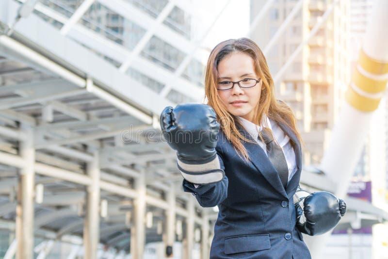bizneswomanu uderzać pięścią zdjęcia stock