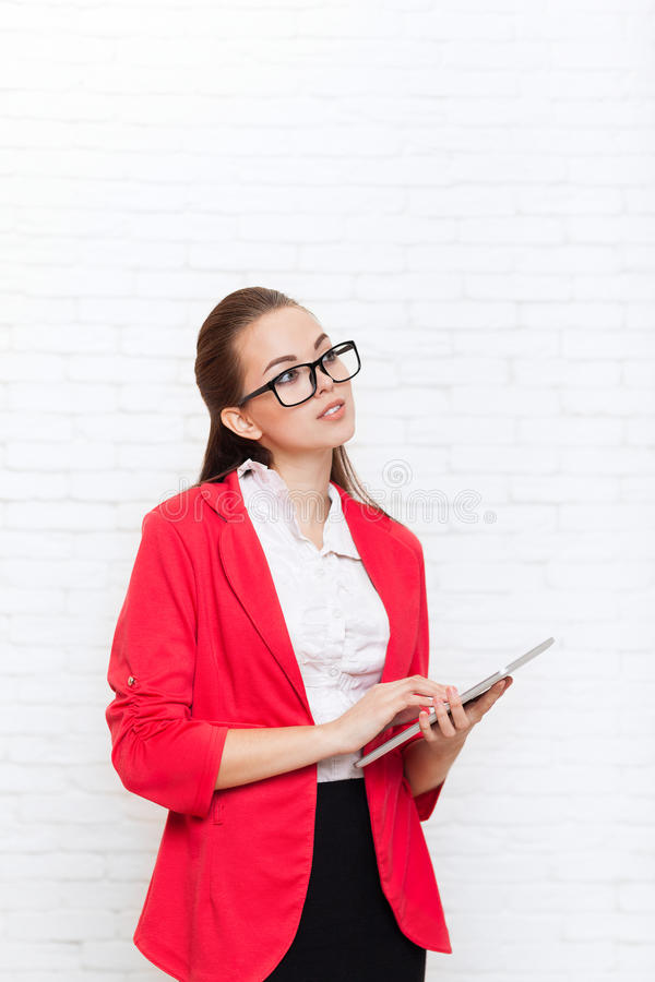 Bizneswomanu use pastylki dotyka ekranu komputerowy spojrzenie do kopii przestrzeni odzieży kurtki czerwonych szkieł szczęśliwego zdjęcie royalty free