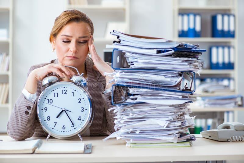 Bizneswomanu workaholic próbuje kończyć naglącą papierkową robotę zdjęcie stock