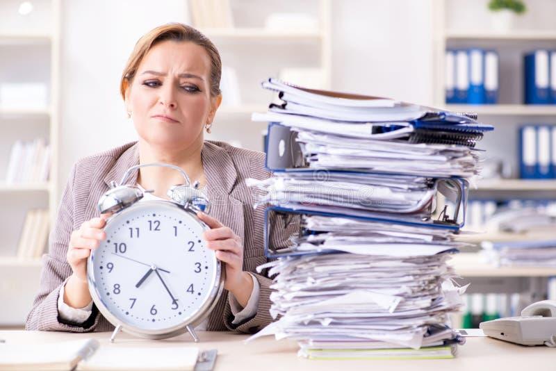 Bizneswomanu workaholic próbuje kończyć naglącą papierkową robotę fotografia stock