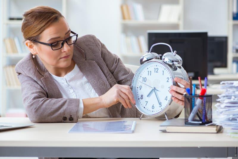 Bizneswomanu workaholic próbuje kończyć naglącą papierkową robotę obraz stock