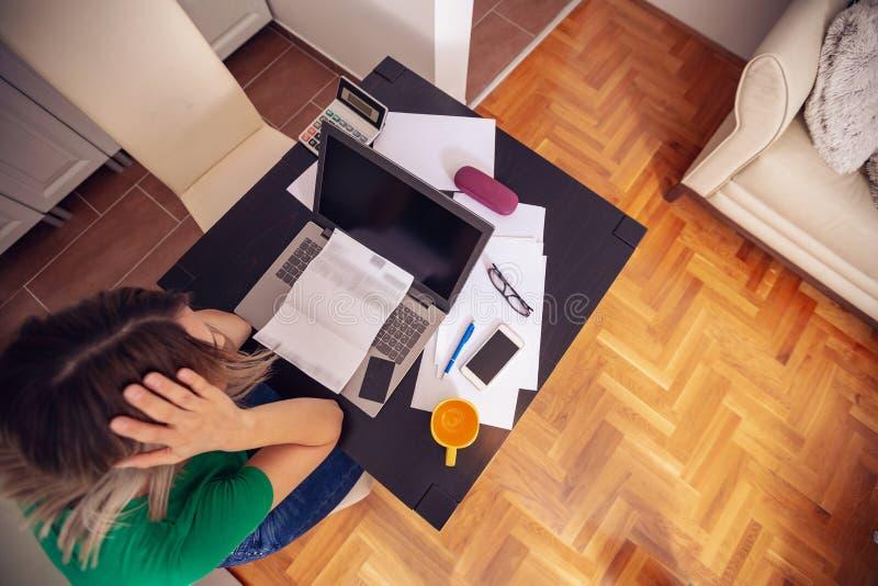 Bizneswomanu writing domu budżet z kalkulatora odgórnym widokiem obraz royalty free