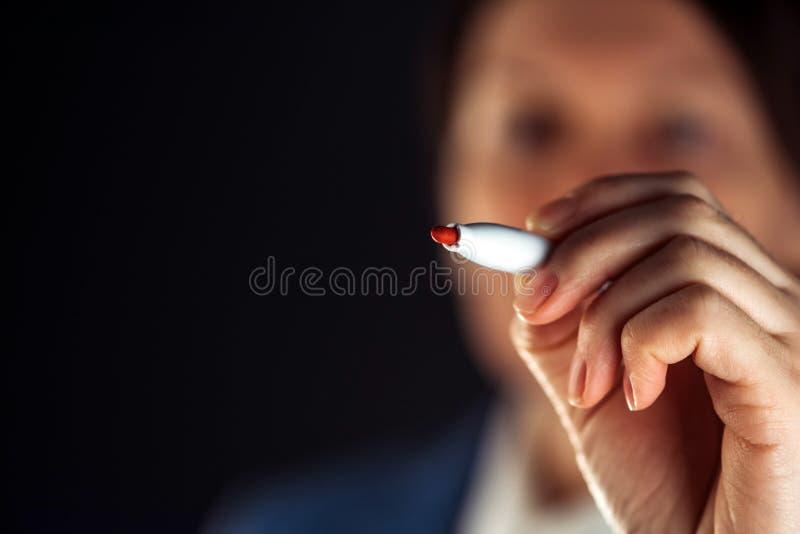 Bizneswomanu writing z czerwonym markiera piórem obrazy stock