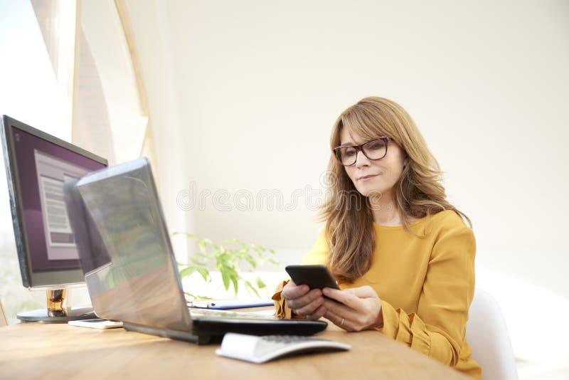 Bizneswomanu wysylanie sms obraz royalty free