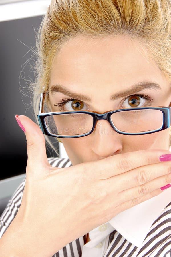 bizneswomanu zakończenia zdziwiony widok obraz stock