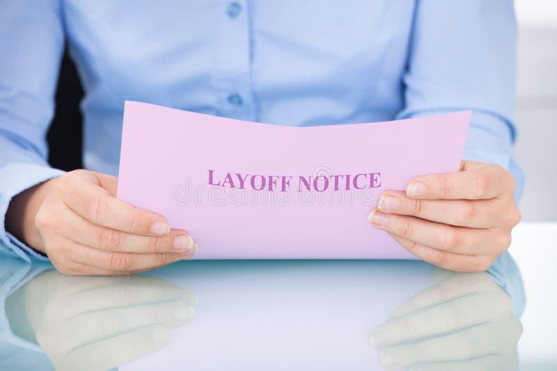 Bizneswomanu zwolnienie z pracy czytelniczy zawiadomienie zdjęcie royalty free