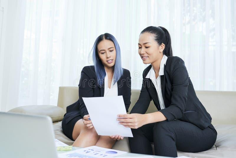 Bizneswomany Dyskutuje dokument zdjęcie stock