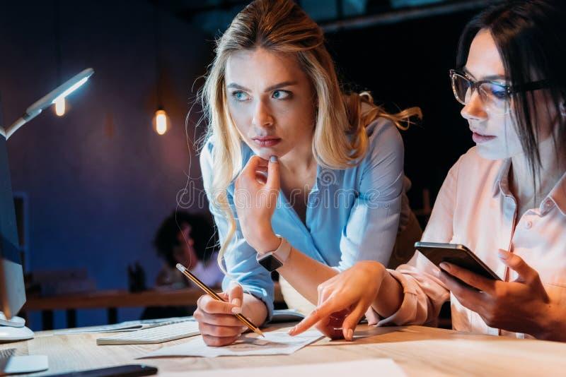 Bizneswomany dyskutuje nowego biznesowego pomysł przy miejscem pracy zdjęcie royalty free