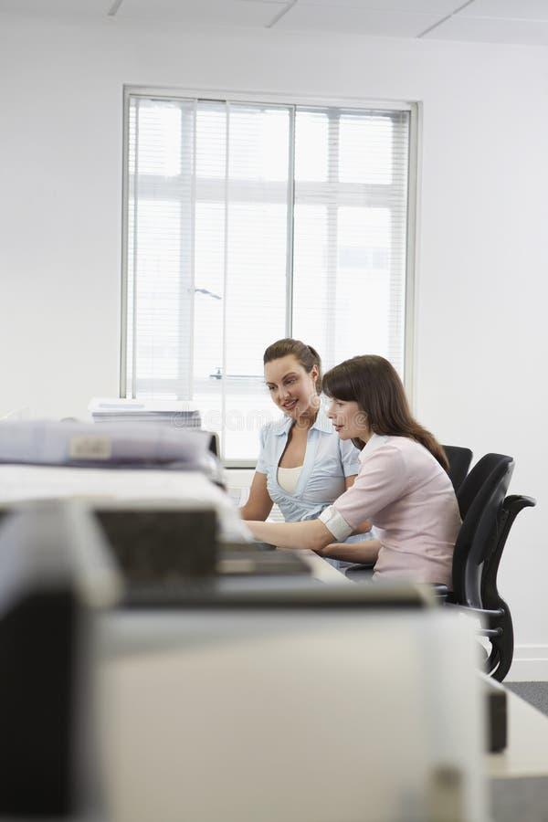 Bizneswomany Dyskutuje Przy biurkiem W biurze obrazy stock