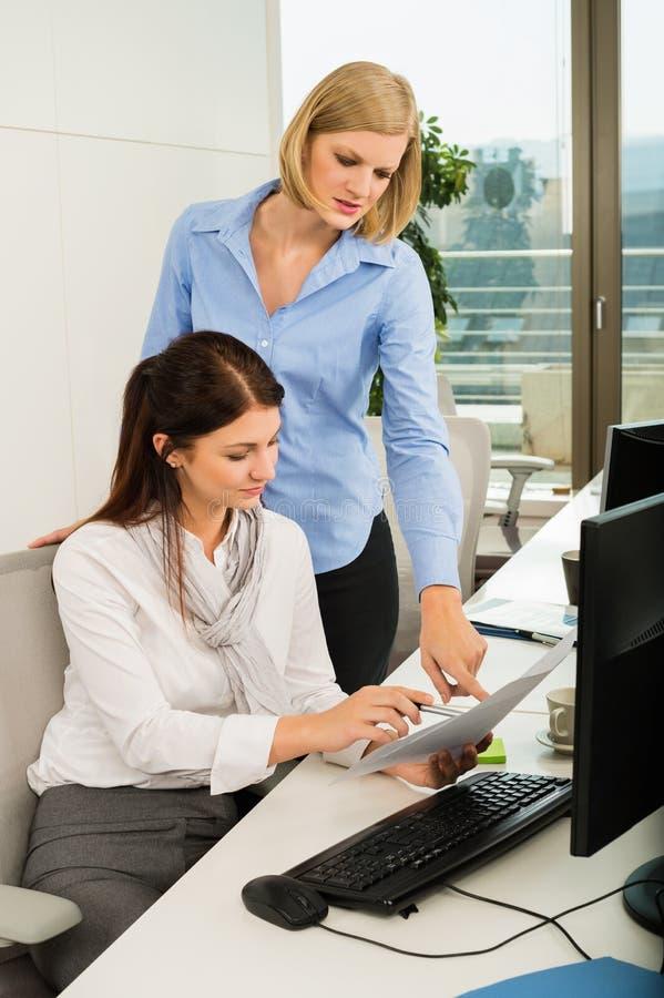 Bizneswomany Dyskutuje W biurze zdjęcia royalty free
