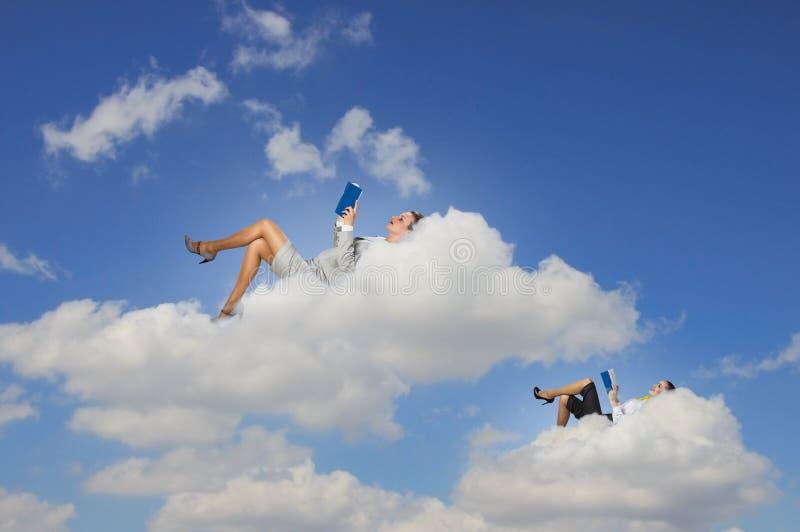 Bizneswomany kłama na chmurach obraz royalty free