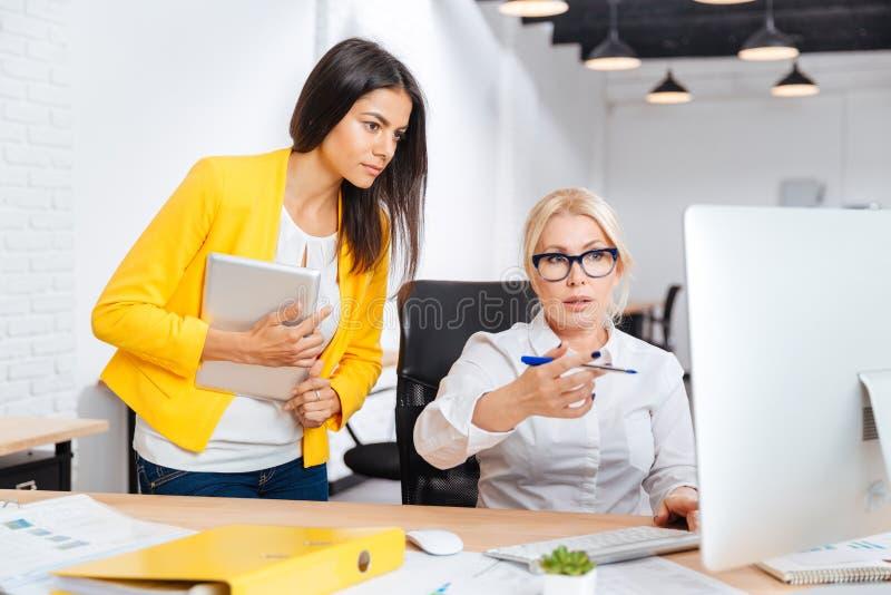 Bizneswomany ma brainstorm spotkania w biurze obraz royalty free