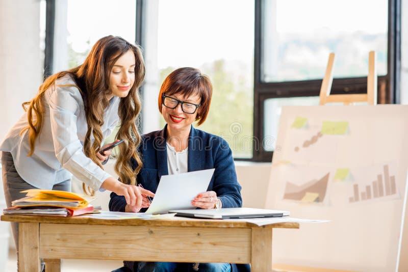 Bizneswomany pracuje wpólnie indoors zdjęcia stock