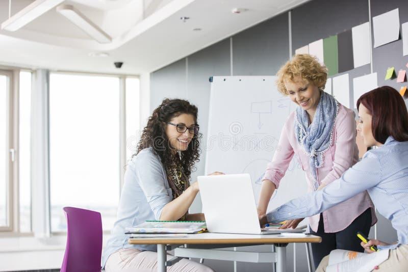 Bizneswomany pracuje wpólnie w kreatywnie biurze zdjęcie royalty free