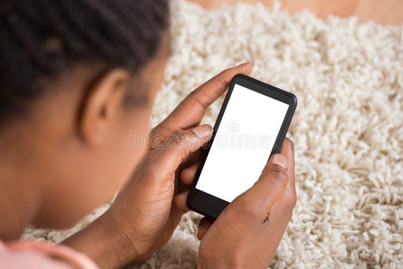 bizneswomany target2248_1_ newspaer mobilnego czytanie obrazy stock