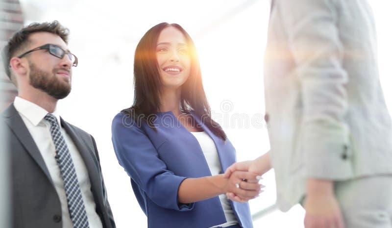 Bizneswomany Trząść ręki W Nowożytnym biurze zdjęcie royalty free