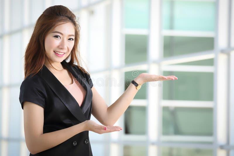 Bizneswomany zapraszają klienta przychodzącego jego biznes zdjęcia stock